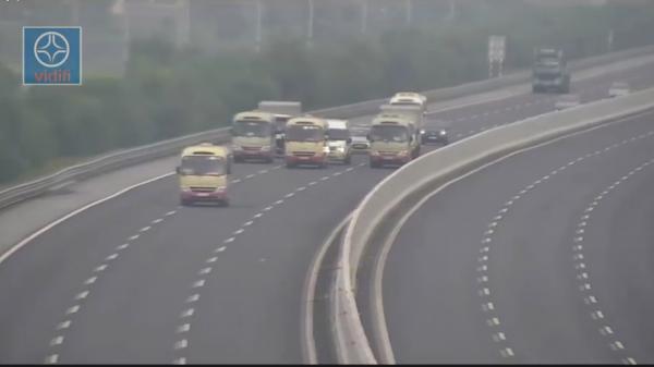 """Xe khách dàn ngang """"diễu hành"""" trên cao tốc Hà Nội - Hải Phòng"""