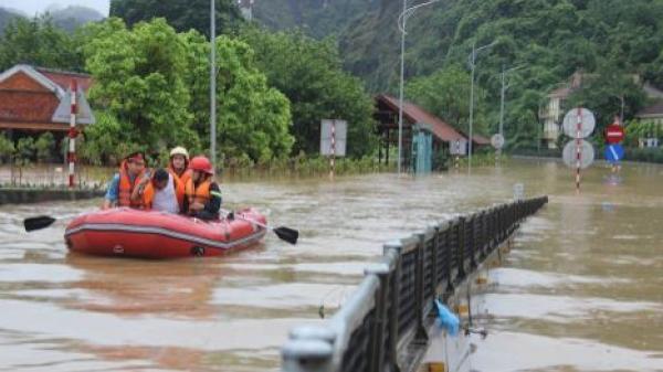 Quảng Ninh: Mưa lớn các phương tiện bơi trên biển nước, bùn tràn vào khắp nhà dân