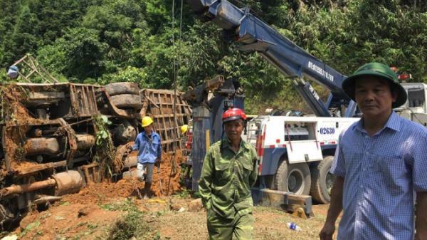 Vụ xe khách rơi xuống vực tại Cao Bằng: Cẩu phương tiện bị nạn ra khỏi hiện trường để tìm kiếm nạn nhân