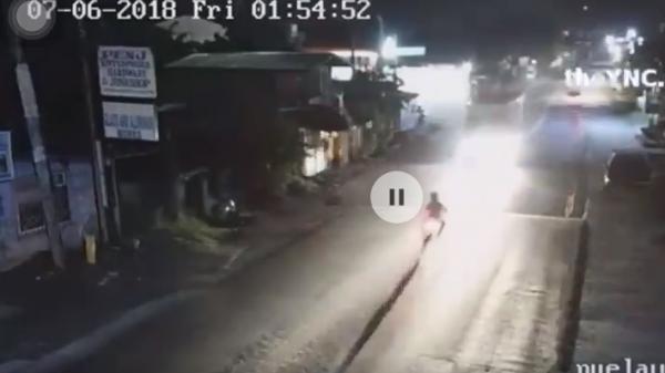 Tai nạn kinh hoàng lúc nửa đêm: Ô tô bật đèn led siêu sáng khiến người đi xe máy lóa mắt lao thẳng vào rồi văng xuống đường