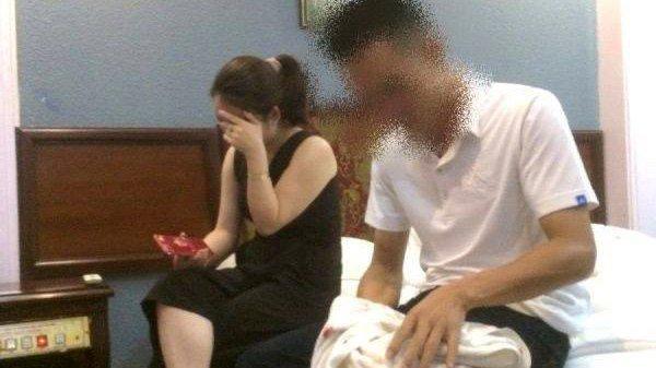 Chồng bắt quả tang vợ trong nhà nghỉ với CSGT