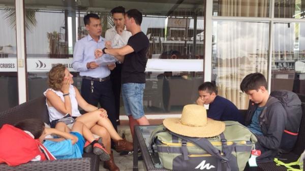 """Quảng Ninh: 5 du khách nước ngoài bị """"bỏ rơi"""" trên vịnh Hạ Long"""