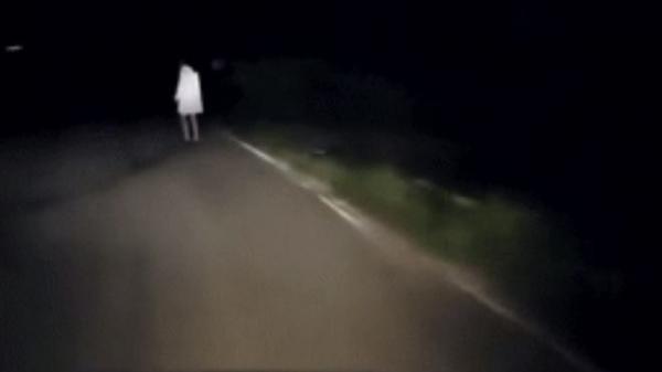 """Kinh hoàng lúc nửa đêm: Lái xe một mình giữa đường rừng, suýt ngất xỉu vì """"chướng ngại vật"""" phía trước"""