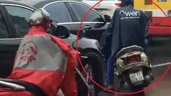 Bị ô tô chiếm hết làn đường, thanh niên đi lead tắt máy dừng xe để 'thi gan'' cùng 4 bánh