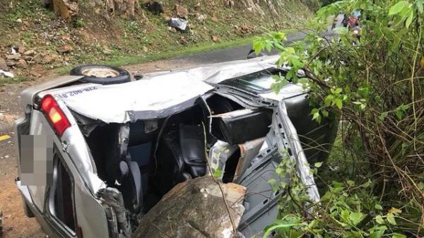 KINH HOÀNG: Tảng đá lớn rơi trúng nóc ô tô 16 chỗ, 5 người bị thương nặng