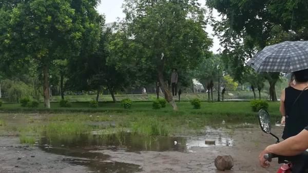 Hà Nội: Hãi hùng phát hiện người đàn ông chết treo cổ ở hồ Đền Lừ