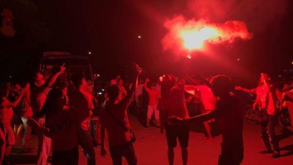 Hàng trăm CĐV Hải Phòng đốt pháo sáng, nhảy múa mừng chiến thắng của U23 Việt Nam trước SVĐ Mỹ Đình