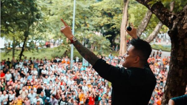 Hà Nội: Tuấn Hưng lại khiến cả phố đi bộ tắc nghẽn khi đứng trên ban công nhà mình hát phục vụ khán giả