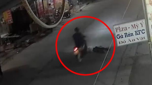 Người đàn ông tự ngã ra đường chẳng ai quan tâm, đến khi bị xe máy chèn qua mới có người ra đỡ