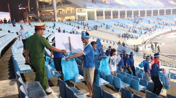 Hàng trăm CĐV Việt Nam ở lại nhặt rác tại Mỹ Đình sau chiến thắng của U23
