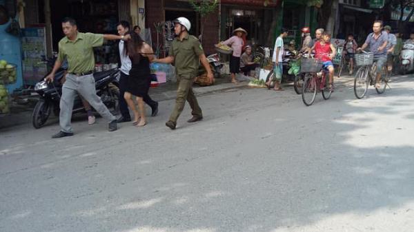 Hà Nội: Người phụ nữ có biểu hiện ngáo đá lao ra giữa đường chặn xe người dân