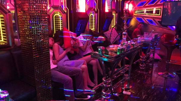Huế: Bắt nhiều nam thanh nữ tú sử dụng ma túy sau vỏ bọc karaoke, nhà nghỉ
