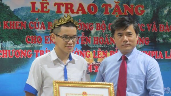 Trao tặng bằng khen của bộ GD&ĐT cho Quán quân Đường lên đỉnh Olympia quê Quảng Ninh