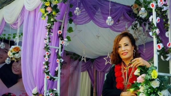 Đám cưới của cô dâu 62 tuổi ở Cao Bằng: Mẹ chồng khoác áo truyền thống cho con dâu, hỏi sao vẫn chưa chịu gọi bà là mẹ
