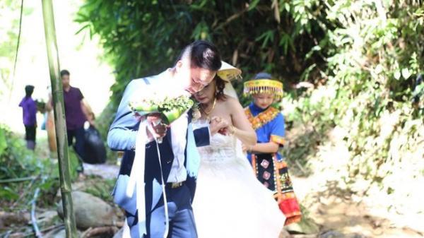 Cô dâu 61 xách váy vượt nhiều km đường rừng lội suối về nhà chồng, gia cảnh nhà trai khác một trời 1 vực nhà gái