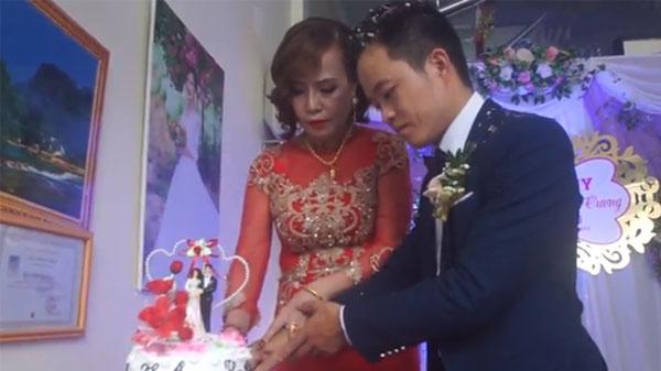 Xe dâu đón tận ngõ, nhạc xập xình rước cô dâu 61 tuổi về dinh: Xem clip mà muốn lấy vợ ngay