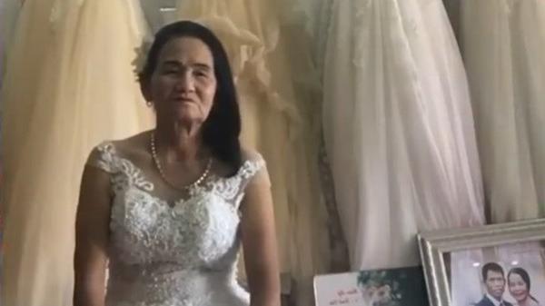 Cô dâu u70 tuổi thử váy cưới khiến cư dân mạng xôn xao