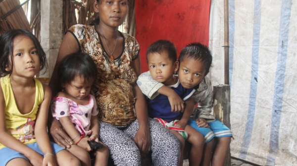 2 lần đẻ rơi tại nhà, 4 đứa trẻ đói ăn bên người mẹ bầu 8 tháng không thể mượn được 500 ngàn để đi viện