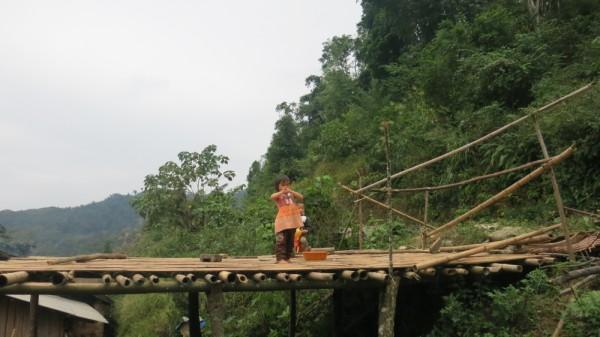 Cao Bằng: Xót xa cuộc sống nhọc nhằn của trẻ em vùng cao