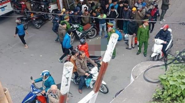 Đang đi đường, người đàn ông mặc áo Grab ngã gục t ử vong giữa phố Hà Nội