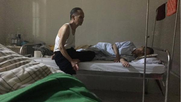 Cụ ông gần 80 tuổi chạy xe 30km đến chăm anh trai ở viện khiến ai cũng rưng rưng