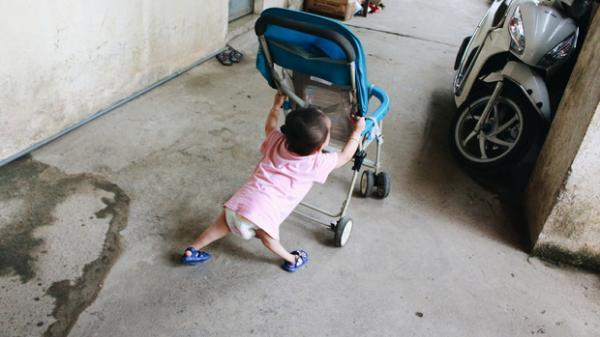"""Xót xa em bé đi bằng """"4 chân"""", phải dùng bao cao su, băng vệ sinh để làm hậu môn giả"""
