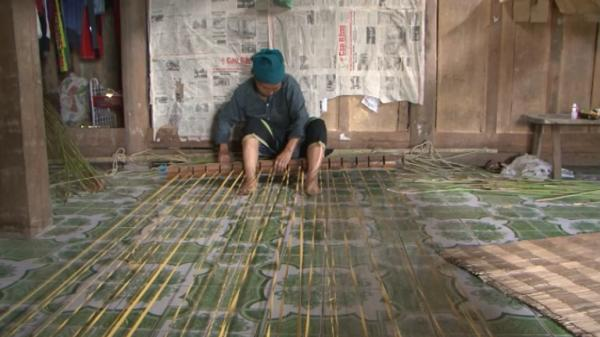 Gia đình duy nhất gìn giữ nghề dệt chiếu cói truyền thống của người Mông ở Cao Bằng