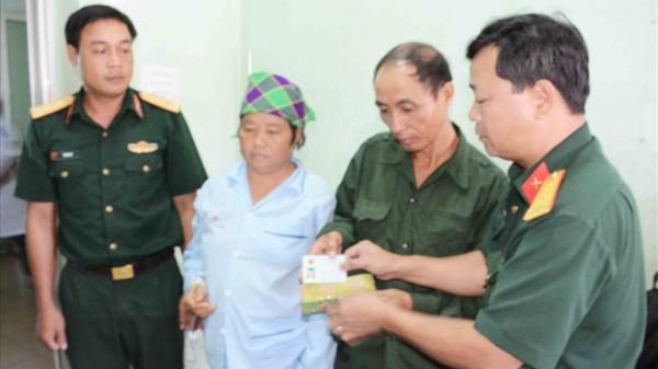 Trung úy trả ví tiền cho bệnh nhân quê Cao Bằng đánh rơi