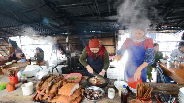 Lên Cao Bằng đến phố huyện nghèo thưởng thức phở vịt giàu tình người