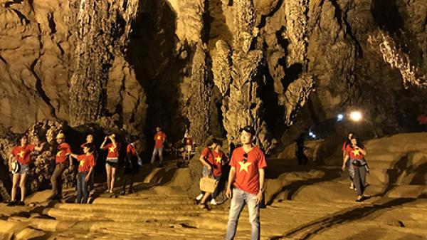 Cao Bằng: Không lối đi, du khách đi bộ trên nền măng đá trong động Ngườm Ngao