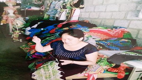 Người con gái Cao Bằng vươn lên làm giàu từ trang phục truyền thống.