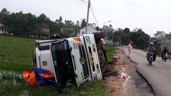 Xe tải chở 13 tấn mít bị lật nhào xuống ruộng lúa
