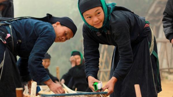 Độc đáo nghề nhuộm vải chàm lên màu xanh ngọc của người Cao Bằng