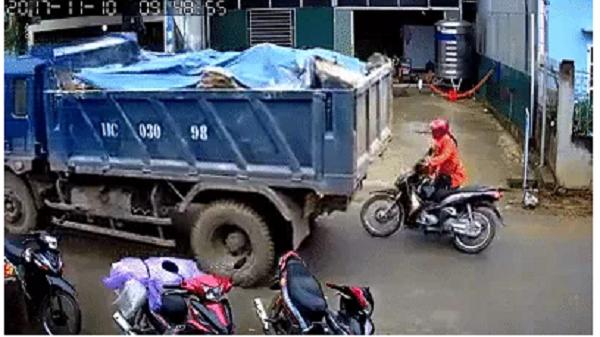 """Cao Bằng: Rùng mình trước cảnh xe tải lùi ẩu, suýt """"nuốt chửng"""" chiếc xe máy chạy phía sau vào gầm"""
