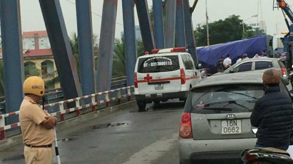 Không có điểm cua xe tải lật ngang khó hiểu khiến một phụ nữ chết thảm