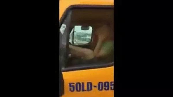 """Clip: Rùng mình tài xế vừa """"buôn chuyện"""" điện thoại vừa điều khiển xe container bằng... chân trên cầu"""