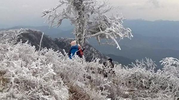 Cận cảnh băng tuyết phủ trắng xóa vùng núi Cao Bằng