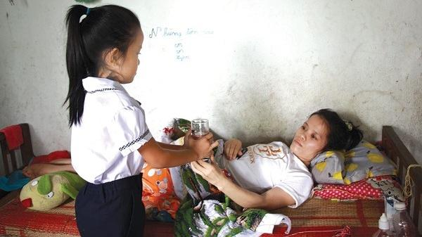 Đắk Lắk: Mẹ liệt thêu tranh nuôi mơ ước con làm bác sĩ