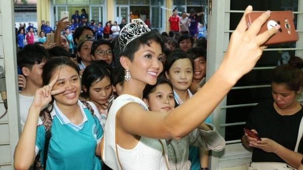 Hoa hậu H'Hen Niê rạng rỡ, được chào đón khi về thăm trường cũ