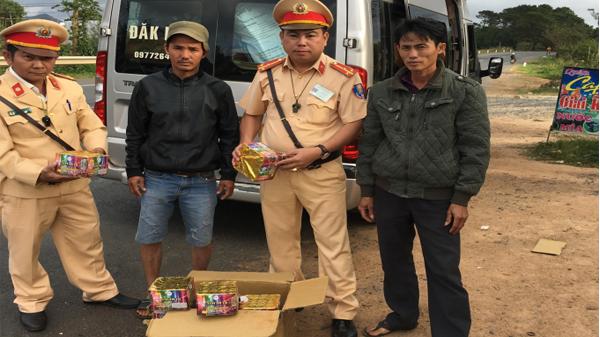 Đắk Lắk: Liên tiếp bắt giữ pháo nổ trên các xe khách