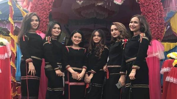 Chụp chung trong đám cưới, nhóm thiếu nữ Ê Đê gây bão vì ngoại hình xinh đẹp