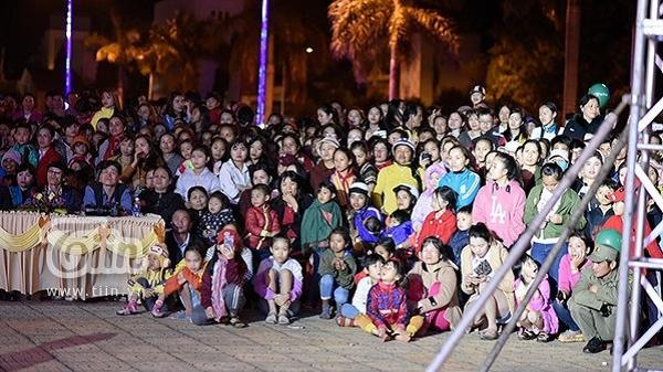Hàng nghìn người dân tại Đắk Lắk lắng nghe H'Hen Niê trò chuyện truyền cảm hứng