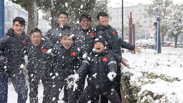 CHÙM ẢNH: U23 Việt Nam hào hứng nghịch bão tuyết trước trận chiến với U23 Uzbekistan