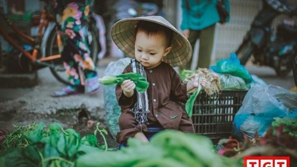 """Bé gái 1 tuổi tại Buôn Ma Thuột gây """"sốt"""" với bộ ảnh """"phụ mẹ bán rau"""""""