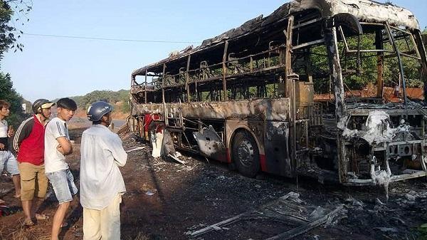 Xe khách mang BKS Đắk Lắk bất ngờ bốc cháy trên quốc lộ