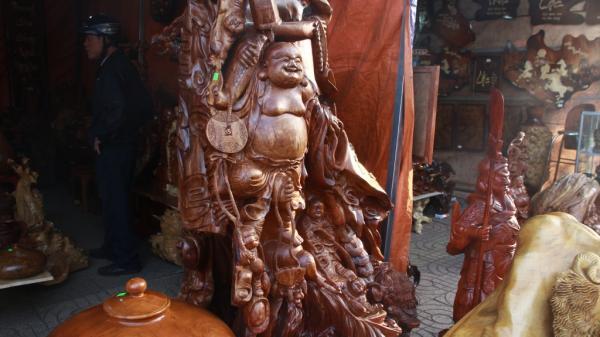 Đồ mỹ nghệ giá trăm triệu bày la liệt tại chợ xuân TP.Buôn Ma Thuột