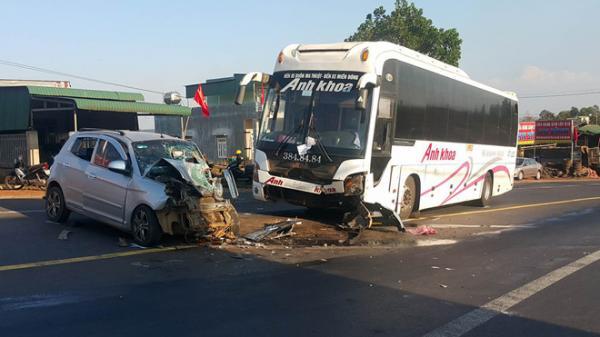 Ôtô con đối đầu xe khách, 3 người bị thương