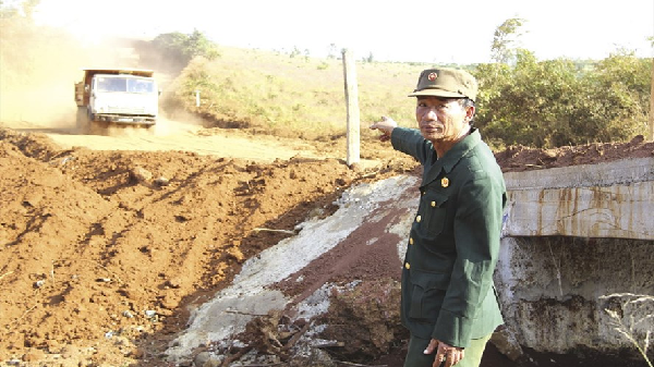 Đắk Nông: Cựu chiến binh tay ngang bán cả đàn bò... làm đường cho dân