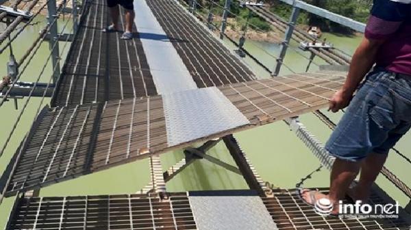 Đắk Nông: Cầu treo mới sử dụng đã xuống cấp nặng, người dân vừa đi vừa run