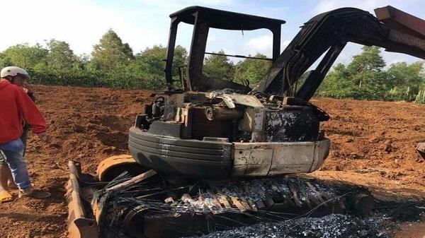 TX Buôn Hồ: Xe múc bị thiêu rụi nghi do bị đốt